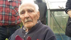 96-åriga Armas Ahlfors sköter fortfarande det mesta i sin trädgård själv.