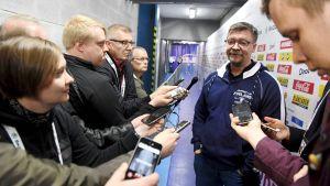 Jukka Jalonen ger intervjuer.