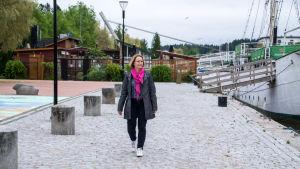 Helen Grönqvist-Lönnroos går längs åstranden