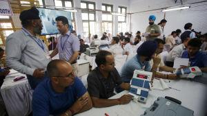 600 miljoner avgivna röster räknas med elektroniska maskiner över hela Indien
