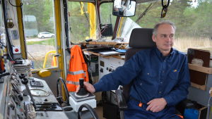 Färjförare Jens Pachmann kör färjan i styrhytten.
