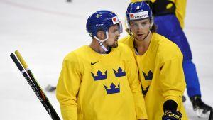 Anton Lander och  Adrian Kempe diskuterar på en träning.