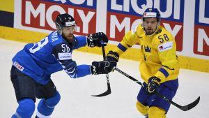 Jani Hakanpää i duell med Anton Lander.