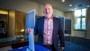 EU-kommissionären Frans Timmermans röstade i Heerlen, i södra Nederländerna, på torsdagen.
