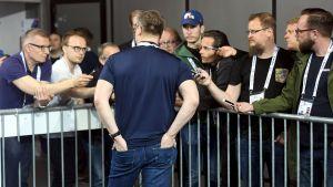 Journalisterna var intresserade av Jukka Jalonens kommentarer.
