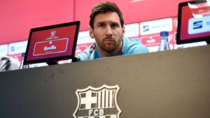 Lionel Messi lyssnar på frågor på en presskonferens.