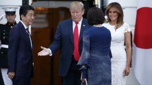 Presidentparet Trump välkomnar premiärminister Shinzo Abe (längst till vänster) och hans hustru Akie Abe till Vita huset den 26 april.