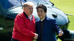 Donald Trump träffar Schinzo Abe i Japan.