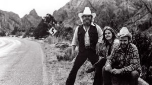 ZZ Top poseeraa tien reunassa. Arkistokuva dokumenttielokuvasta ZZ Top: That Little Ol' Band from Texas