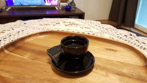 Kaffekopp på soffbordet hos Iman Khaleel
