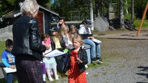 Liten flicka får betyg av sin lärare