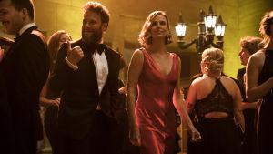 Fred Flarshy (Seth Rogen) och Charlotte Field (Charlize Theron) uppklädda på smokingfest.