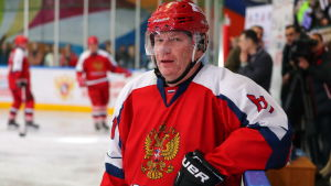 Vladimir Potanin gillar att spela ishockey.