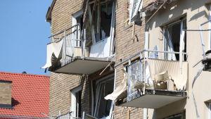 Söndriga balkonger efter explosion.