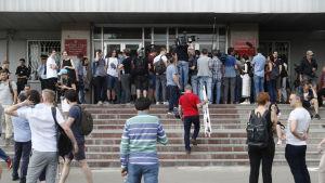 Journalister, vänner och anhängare samlades utanför domstolsbyggnaden i Moskva när åtalet mot den kända journalisten väcktes