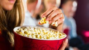 Biopublik äter popcorn