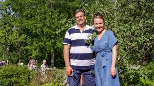 Leif Blomqvist och Lee Esselström framför ett äppelträd