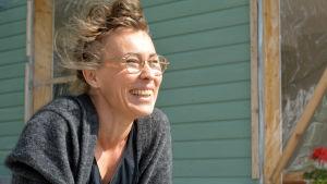 Bild av en kvinna som skrattar.