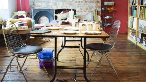 ett bord i en studio