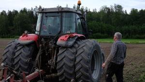 Stefan Forsman går fram till sin traktor.