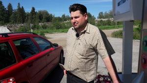 Driftchef Janne Käld vid Jeppo Biogas Av vid en gastankstation.