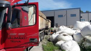Tankbil anländer till Jeppo Biogas Ab