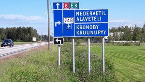 Trafikmärke i Kronoby vid riksväg 8.