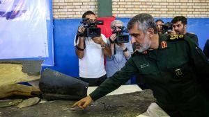 Iran visar upp vrakdelar från nedskjuten amerikansk drönare.
