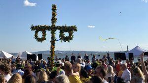 Midsommarstång och firare vid Hudsons strand, Frihetsstatyn i bakgrunden