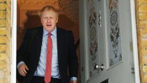 Boris Johnson då han lämnade sitt hem i södra London på fredagen.