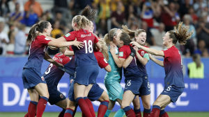 Norge firar sin seger i åttondelsfinalen.