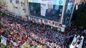 Binali Yildirim talar vid sitt sista valmöte i Istanbul på lördagen.