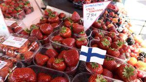 Jordgubbar till försäljning på Salutorget i Helsingfors i maj 2019.