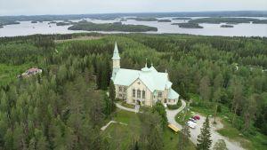 Ilmakuva Heinäveden kirkosta kesäkuussa 2019.