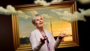 Meteorologi, toimittaja Seija Paasonen maalauksen edessä