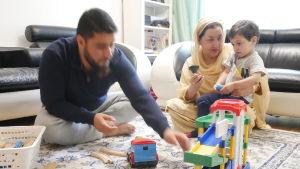 Mir Omar, Haseena Ahktar och hennes barnbarn.