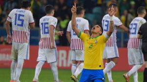 Thiago Silva står på knä och tackar högre makter