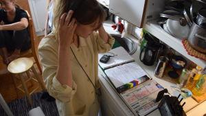 Regissören Teresia Fant förbereder en tagning.