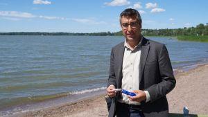 Kuva Boradbit Batteriesin toimitusjohtaja David Brownista ja natriumakkupatterista