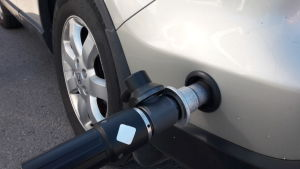 Bil tankas med biogas.