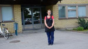 Rosita Friman utanför hemvårdens kontor i Pargas.