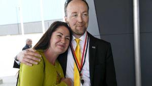 Tanja Hartonen-Pulkka från Mäntyharju ville ta en bild tillsammans med Jussi Halla-aho när han anlände till partimötet.