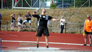 Tomas Söderlund skickar iväg kulan.
