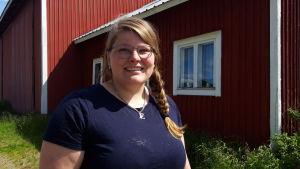 kvinna med fläta på gård