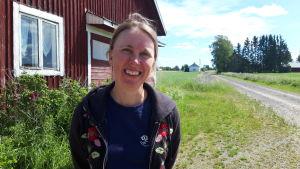 kvinna ler utomhus