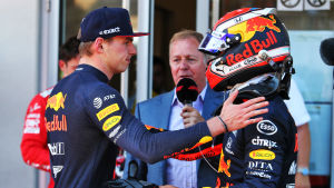 Max Verstappen klappar om Pierre Gasly