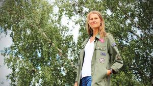 Mathilda Lindholm vid ett träd i Munksnäs.