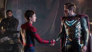 Peter Parker (Tom Holland) och Quentin Beck (Jake Gyllenhall) skakar hand.