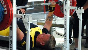 Johan Henriksson pressar upp tyngderna.