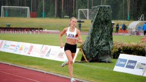 Nathalie Blomqvist löper i mål.